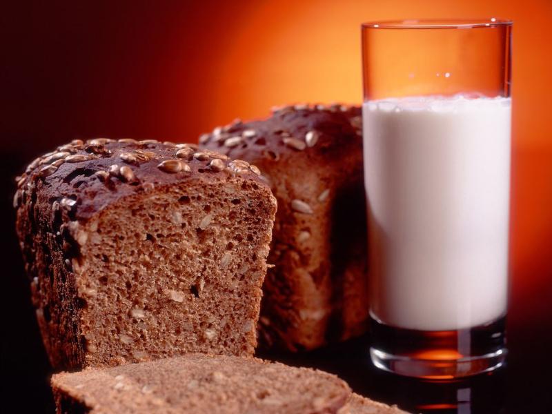 стакан молока и корочка хлеба