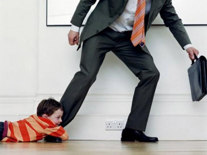 Чтобы лишить этих прав отца с его согласия, также нужно обратиться в суд