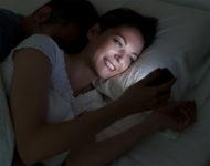 Почему опасно оставлять мобильник возле кровати